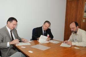 Gonzaga, Paulo Borges e Fernando Rei, presidente da Cetesb, assinam convênio que permitirá ao município assumir o processo de licenciamento de atividades de baixo impacto local.