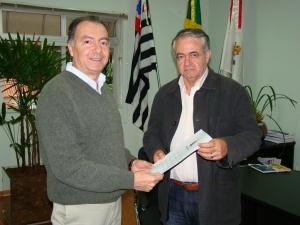 Sérgio Galvão entrega projeto de lei da LOA ao vereador José Tarcísio, presidente da Câmara de Tatuí.