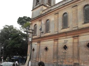 Pintores iniciam trabalho nas paredes externas do templo religioso.