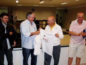 Real La Plata entrega camisa ao presidente da Câmara Tarcísio Ribeiro.