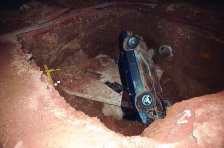 Carro é engolido por buraco. Foto: Evandro Ananias.