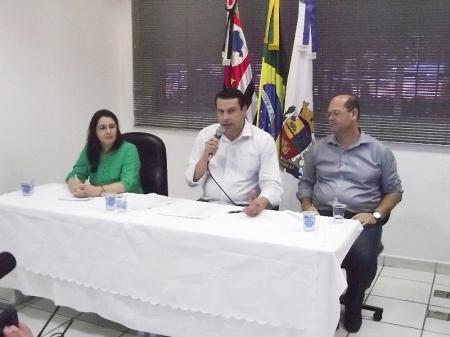 Prefeito Manu fala aos jornalistas durante coletiva realizada no Paço Municipal.