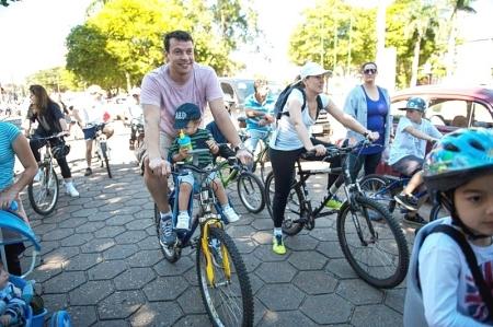 Prefeito Manu, esposa e filho participam do passeio ciclístico solidário.