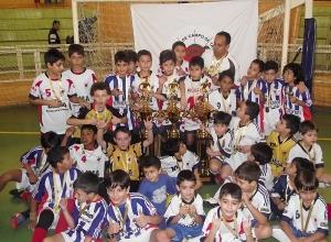 Garotada do Clube de Campo comemora a conquista dos três troféus.