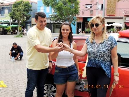 Fabiana de Jesus Corrêa recebe as chaves das mãos da presidente Lúcia, da ACE, e do prefeito Manu.