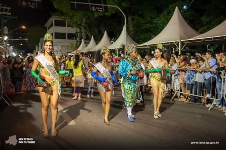 Corte carnavalesca no desfile de rua.