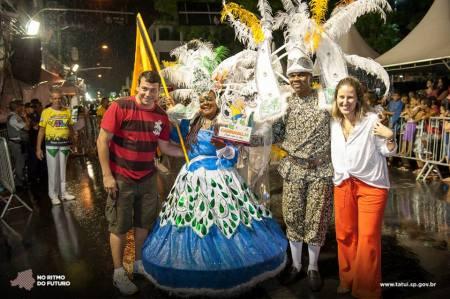 Prefeito Manu e Ana Paula ao lado da porta-bandeira e mestre-sala.