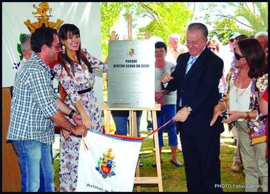 Paula representa a família Senna na inauguração de centro de lazer.