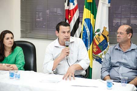 Secretária Lilian Grando (Fazenda), prefeito Manu (PMDB) e vice-prefeito Vicente Menezes (PT).