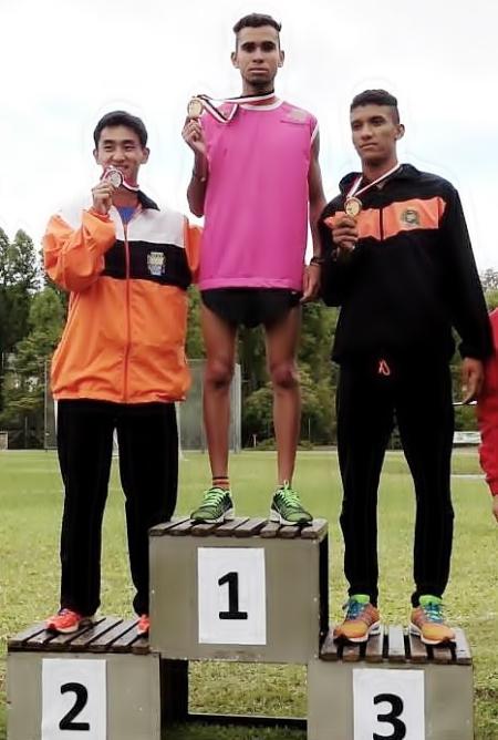 Felipe Augusto Ribeiro da Silva recebe medalha de ouro nos 800 metros.