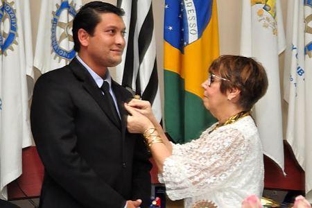 Thiago recebe distintivo de presidente do Rotary.