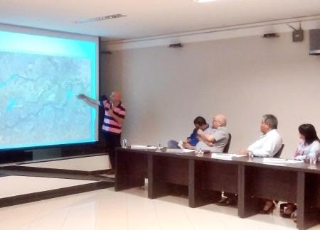 Gerente divisional da Sabesp fala durante a sessão da Câmara de Tatuí.