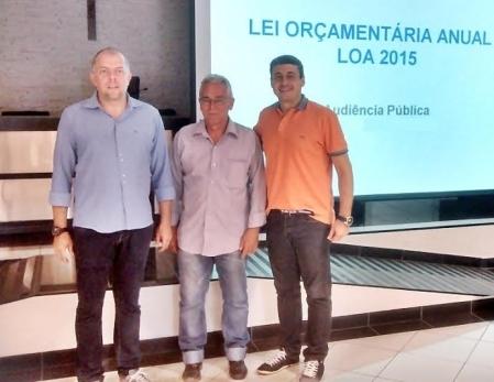 Vereadores Fábio Menezes e Antonio Marcos e o analista Francisco Hoffmann na abertura da audiência pública.